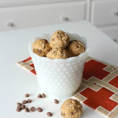 Spend a little time in the kitchen making these grab-and-go chocolate chip peanut butter energy bites. Easy, nutritious, budget-friendly and the perfect snack for busy kids!