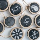 These DIY log slice chalkboard ornaments make beautiful Christmas tree decorations, gift embellishments, place card holders and more!