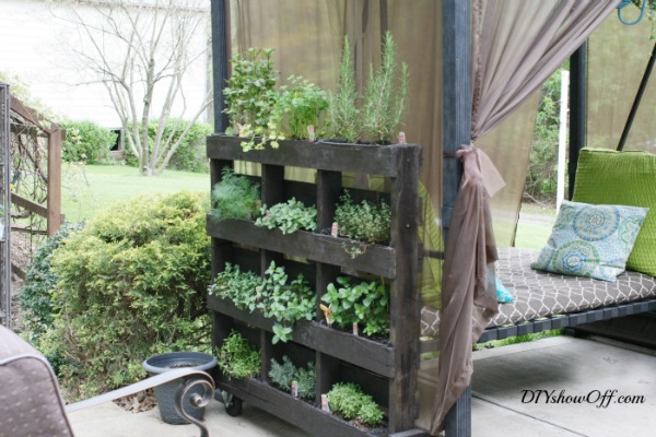 DIY Vertical Pallet Herb Garden | DIY Showoff