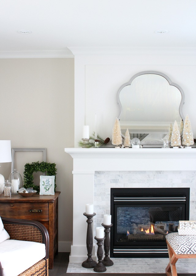 Come check out this winter wonderland themed fireplace, plus get fool-proof tips for putting together your own beautiful Christmas mantel!