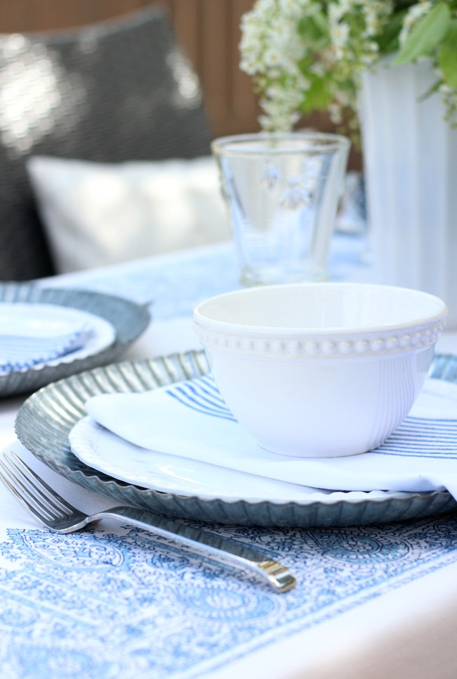 Casual Summer Outdoor Brunch - Easy Table Setting Ideas