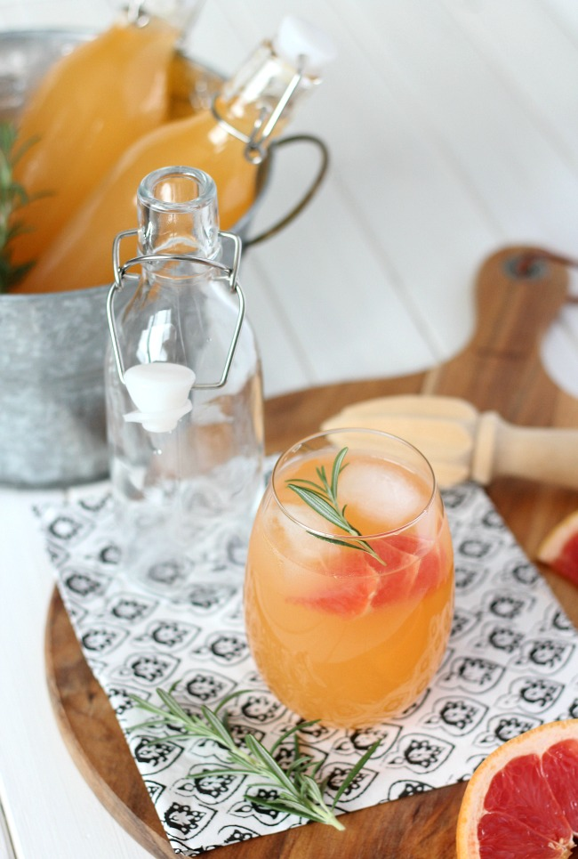 Looking for refreshing summer drink ideas? Try this delicious rosemary-infused grapefruit vodka spritzer!