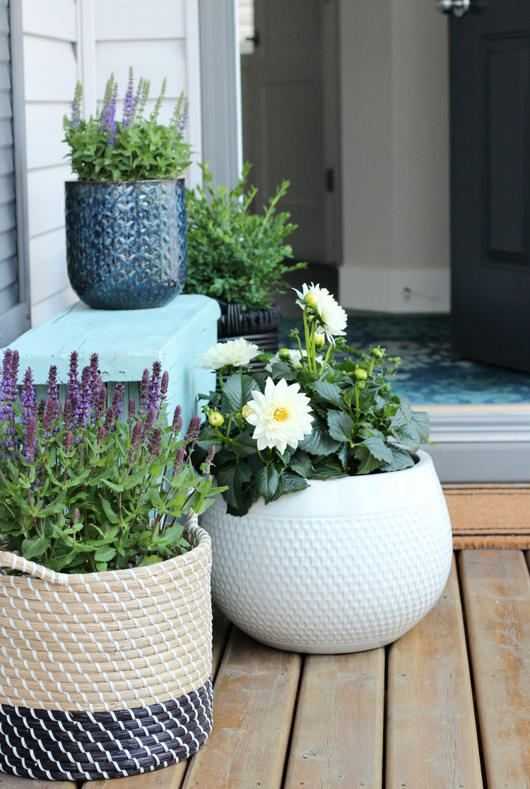 Learn how to turn a flea market basket into a planter for your front porch. Plus, get inspired by even more outdoor paint and build-it projects! #OutdoorExtravaganza